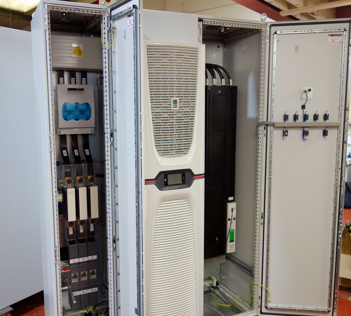 Electrical control cabinet with Rittal e Blue+